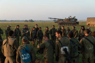Funzionari egiziani arrivano a Gaza per negoziare una tregua, mentre Israele invia altre truppe al confine