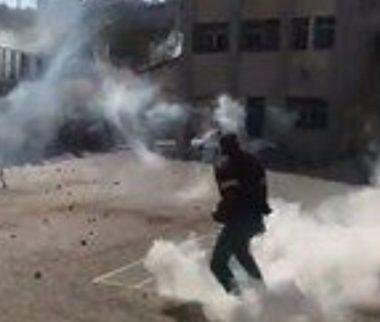 Soldati israeliani feriscono decine di scolari a Hebron