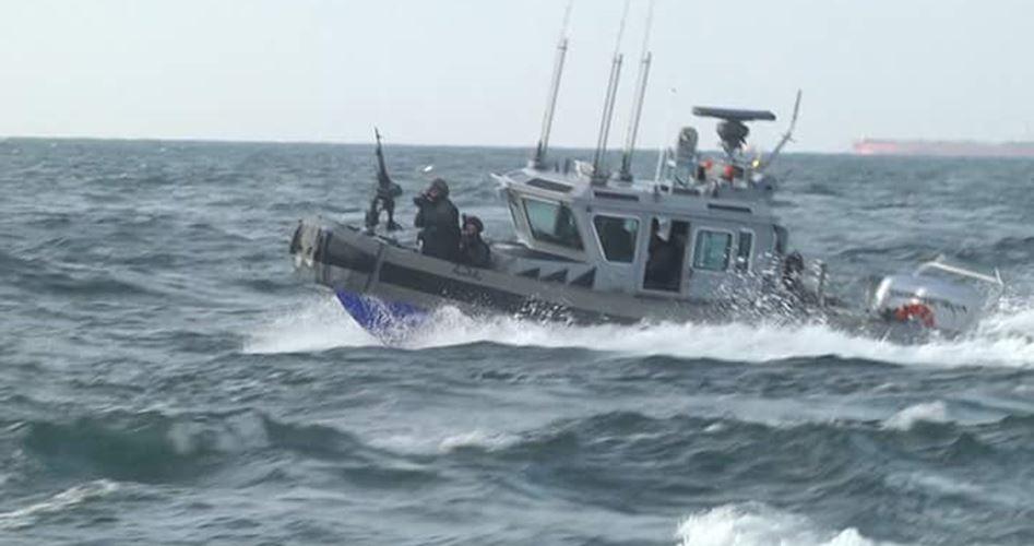 Marina israeliana ferisce pescatore palestinese e ne arresta altri due
