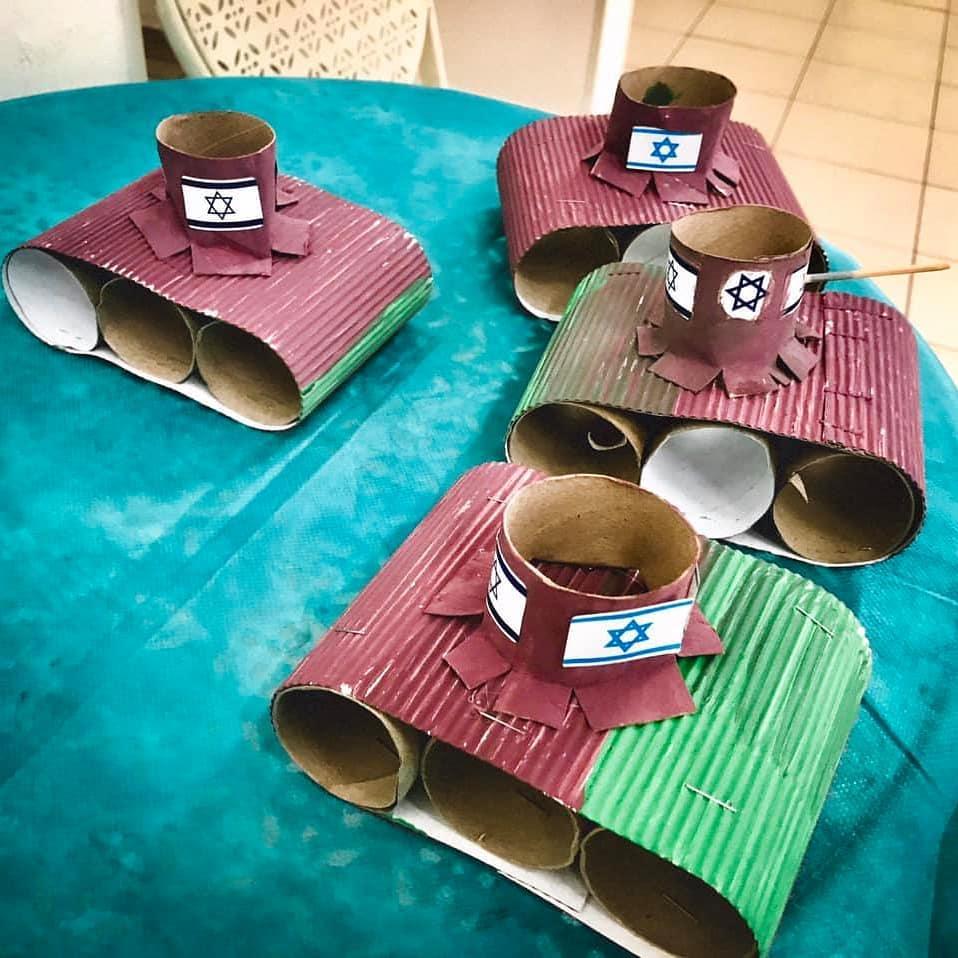 Tanti bei rotoli di carta igienica per i carri armati sionisti