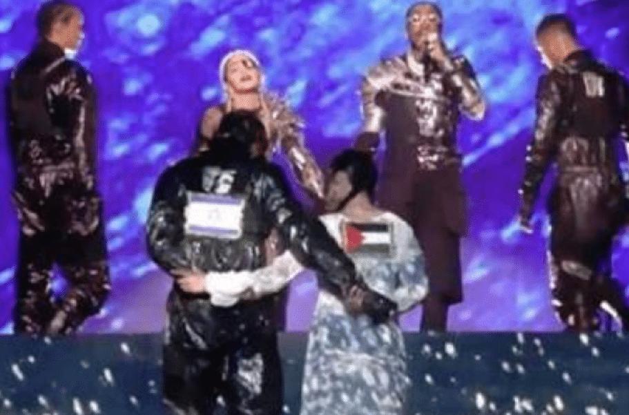 Eurovision 2019, fermata in aeroporto la ballerina che ha indossato la bandiera palestinese durante lo show di Madonna