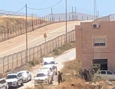 Soldati israeliani prendono le misure di 16 edifici residenziali per la successiva demolizione