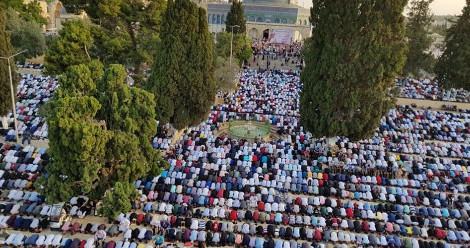 Gerusalemme, migliaia di fedeli partecipano alla preghiera dell'Eid al-Fitr a al-Aqsa