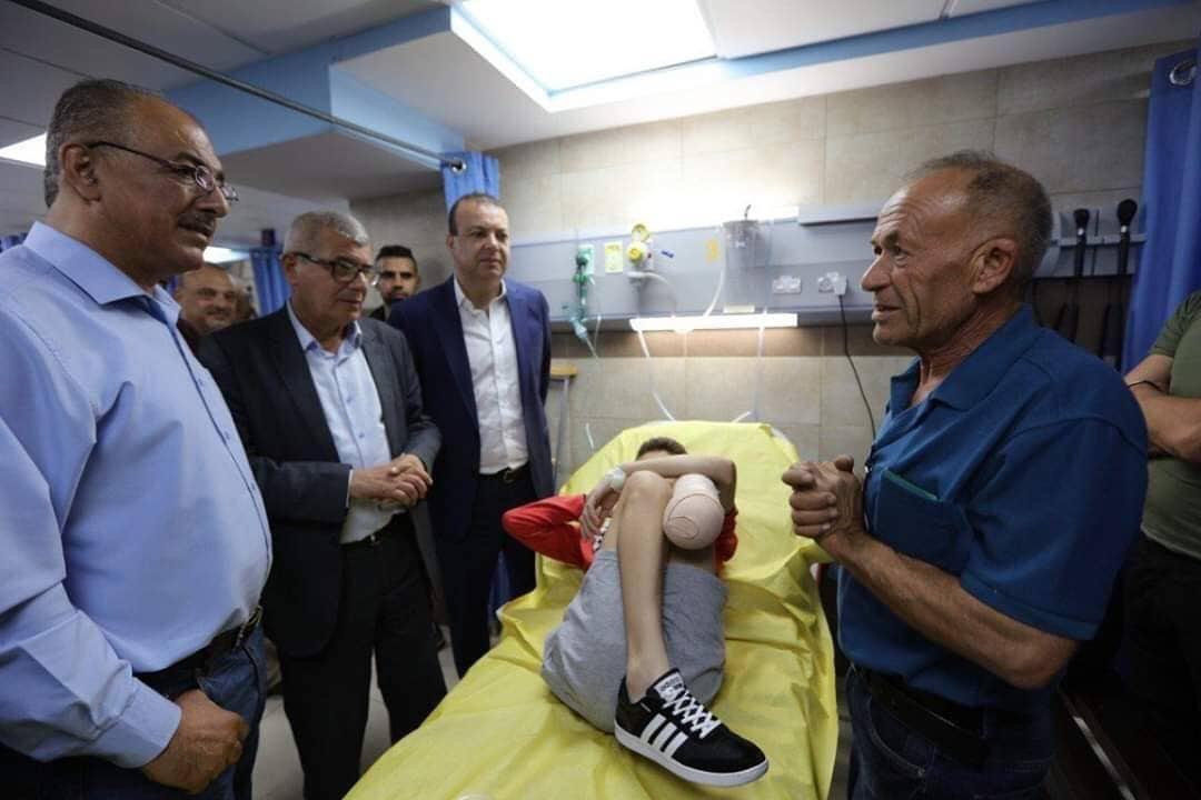 Ragazzino palestinese perde la gamba dopo che soldato israeliano gli spara mentre recupera pallone da calcio