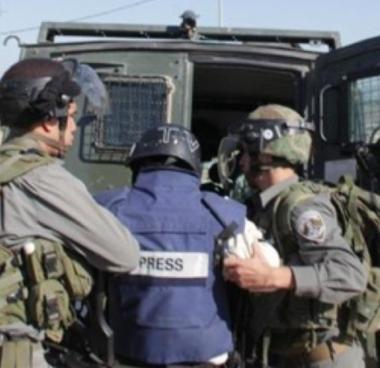 Soldati israeliani arrestano diversi giornalisti a Hebron