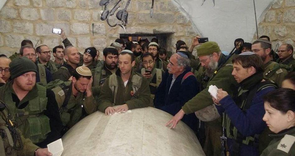 Nablus, 4 Palestinesi feriti da proiettili e decine di asfissiati durante invasione di 1300 coloni