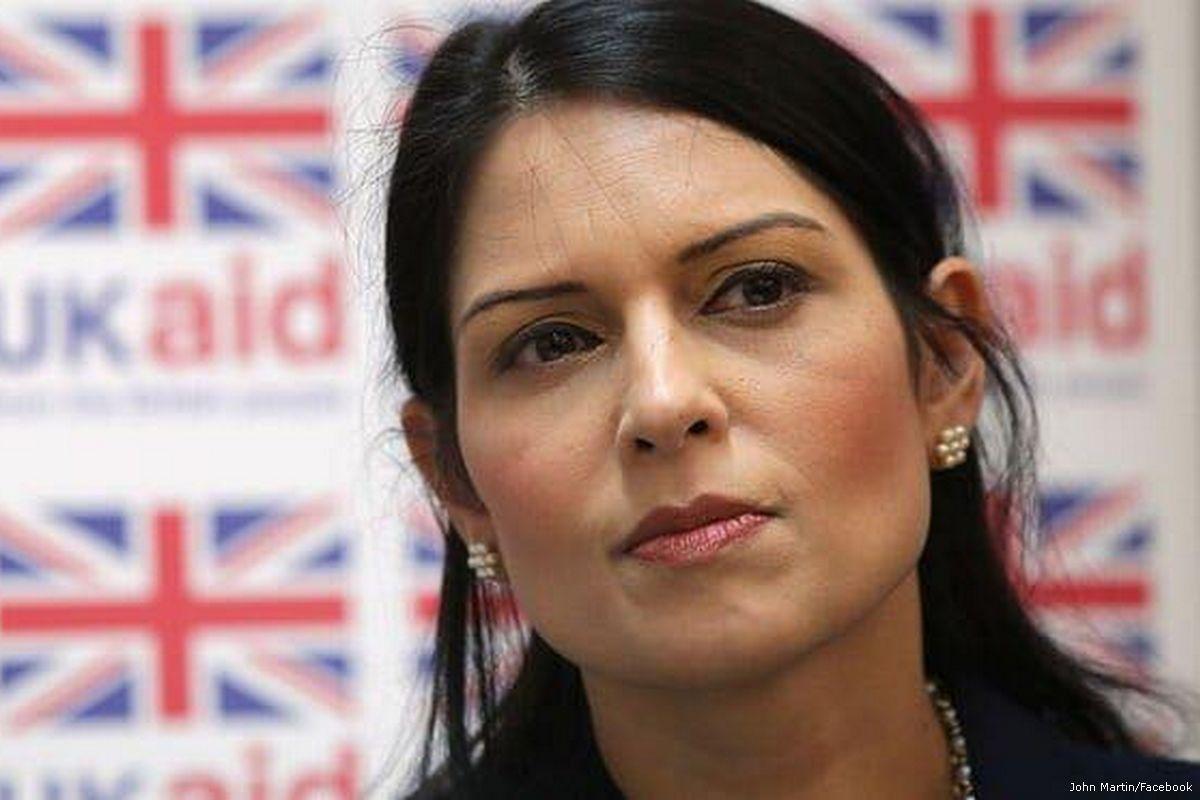Priti Patel, che aveva chiesto aiuti britannici a favore dell'esercito israeliano, è ora ministro degli interni