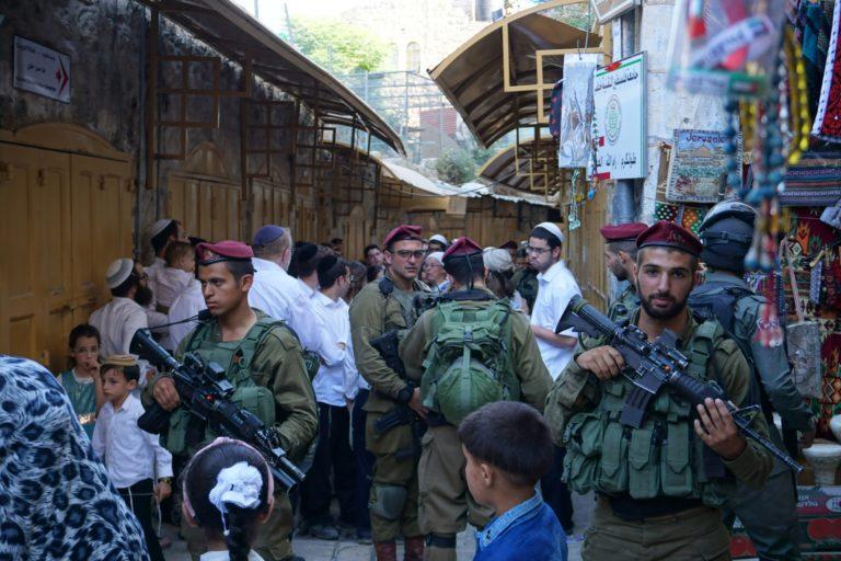 Saggio fotografico: tour dei coloni esemplifica la difficile realtà di occupazione nella città vecchia di Hebron