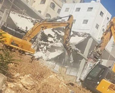 Sei strutture, tra cui un edificio di nove piani, demolite da forze israeliane a Wadi al-Hummus