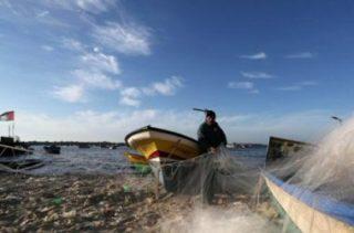 La Marina israeliana prende di mira i pescatori al largo di Gaza, ferendone due