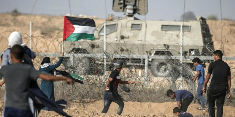 Forze israeliane feriscono 96 palestinesi al confine di Gaza