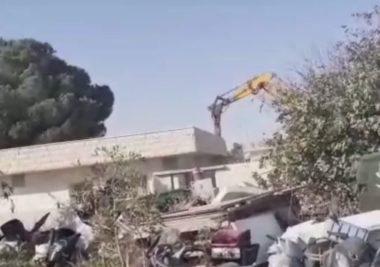 Soldati israeliani demoliscono casa palestinese a Gerusalemme