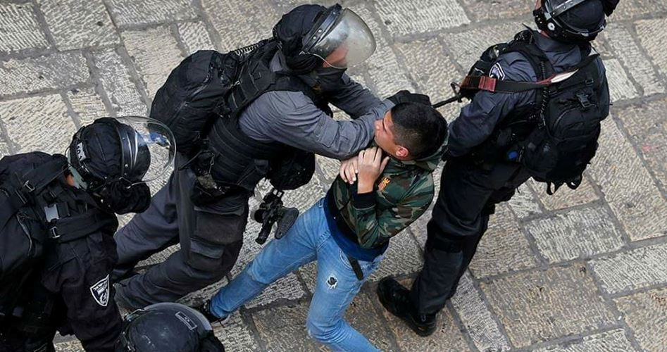 Polizia israeliana aggredisce manifestanti a Gerusalemme