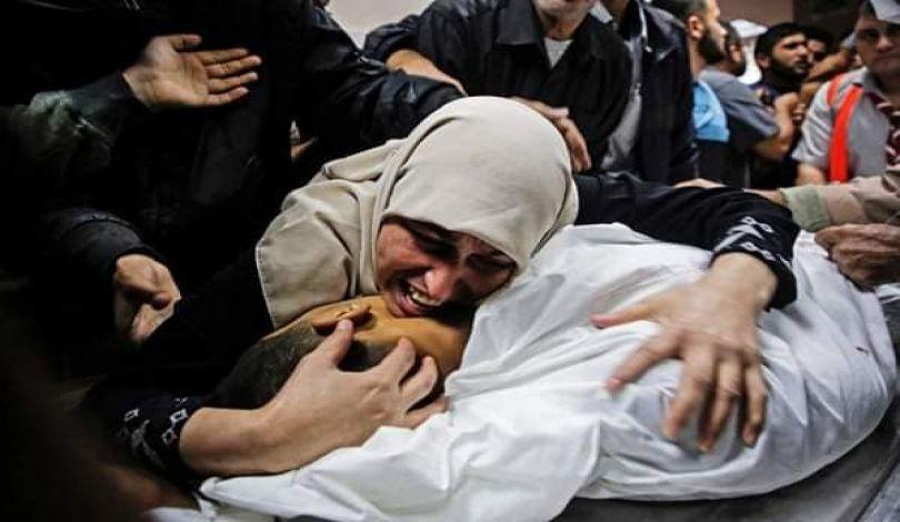 Gaza: la signora 'Ayyad piange sui resti dei due figli e del marito