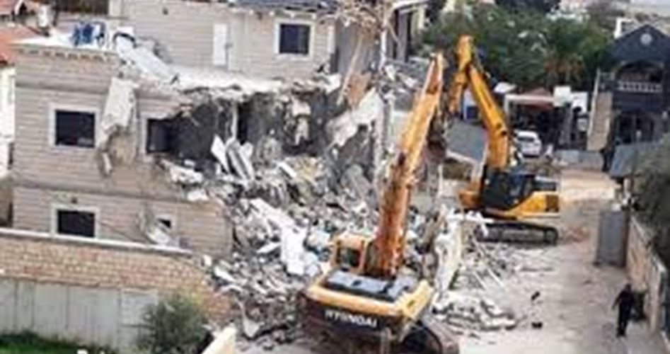 Bulldozer israeliani demoliscono casa palestinese a Lod
