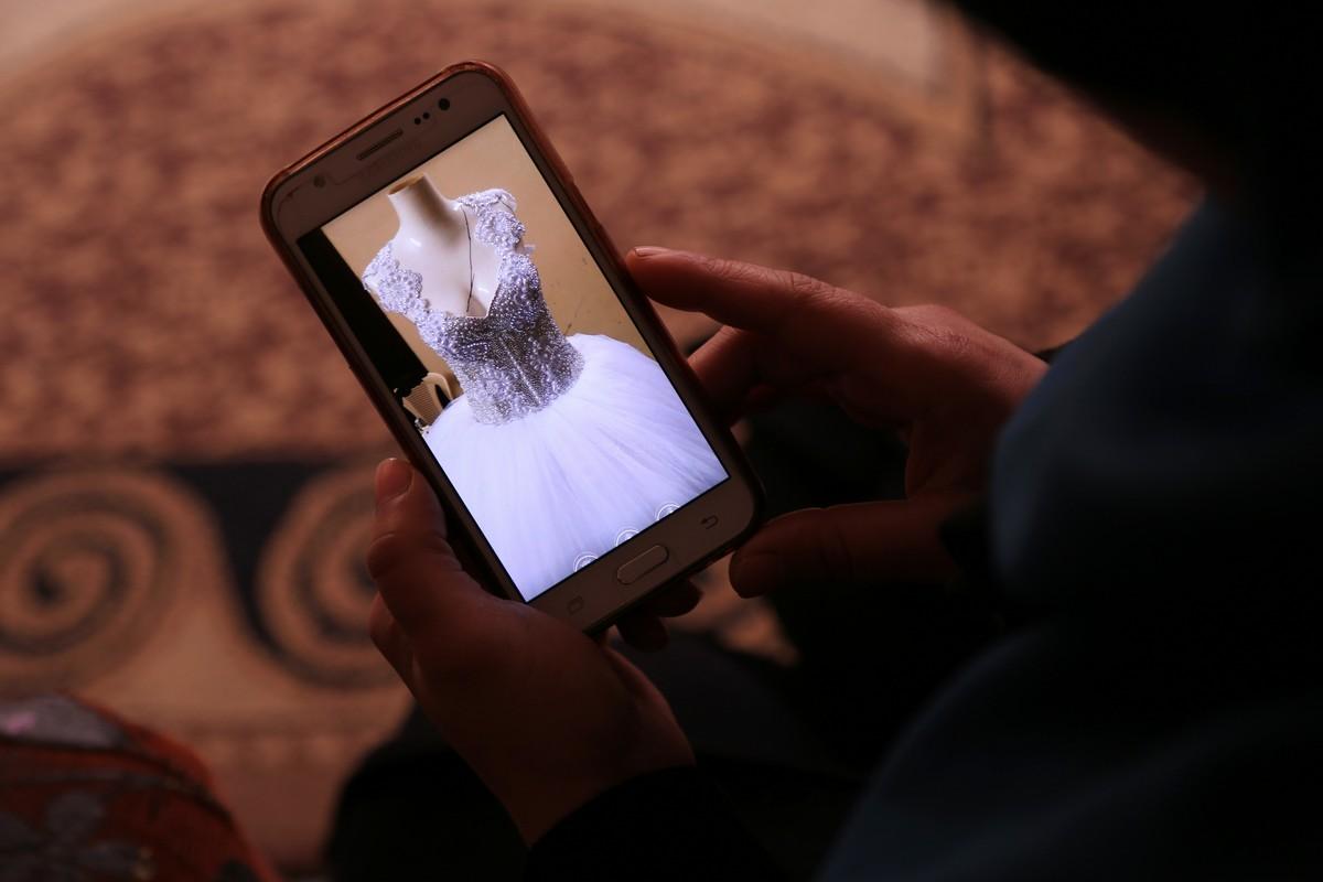 Alcuni Palestinesi a Gaza sono costretti a iniziare le procedure del matrimonio attraverso i social media