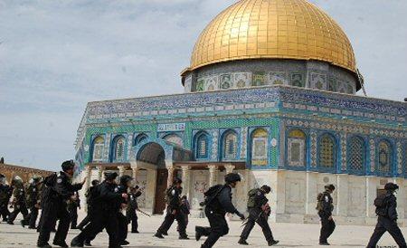 Fedeli musulmani aggrediti ad al-Aqsa da polizia israeliana