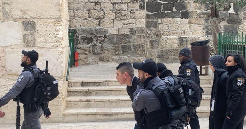 Polizia israeliana aggredisce ed arresta cinque palestinesi a Bab al-Rahma