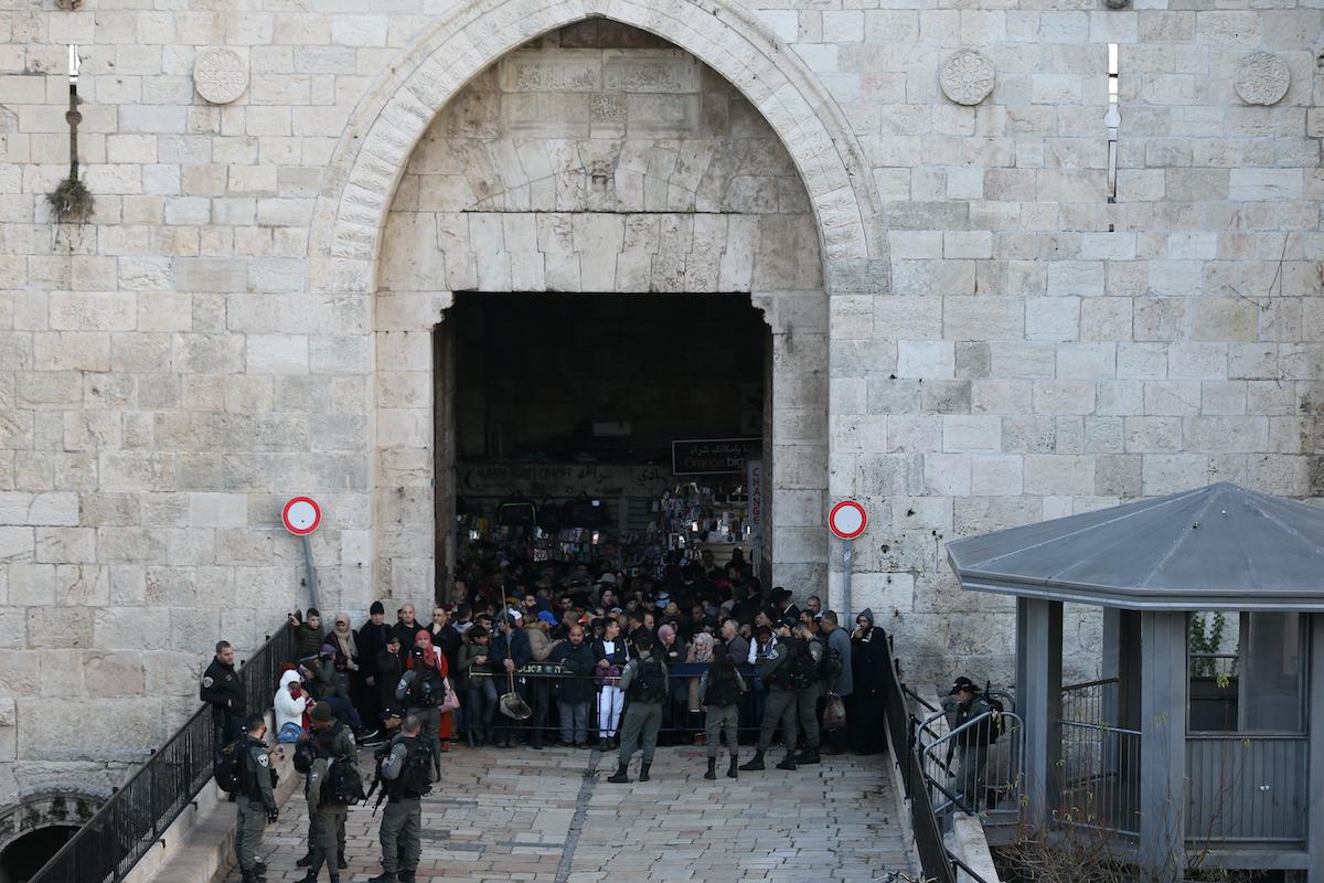 Le forze israeliane chiudono al-Aqsa
