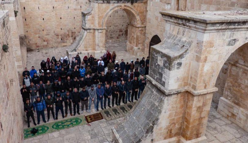 Gerusalemme, migliaia di Palestinesi partecipano alla preghiera del venerdì a al-Aqsa