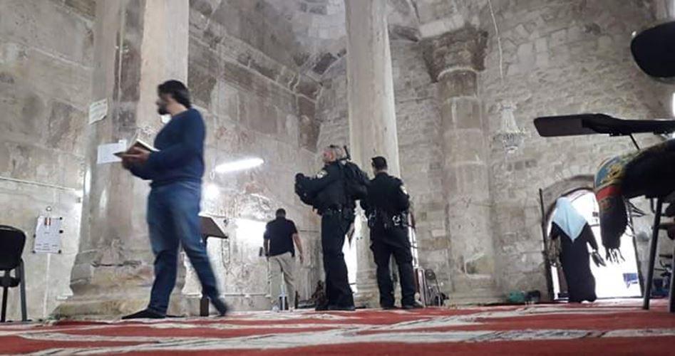 Agenti di polizia israeliana fanno irruzione a Bab al-Rahma
