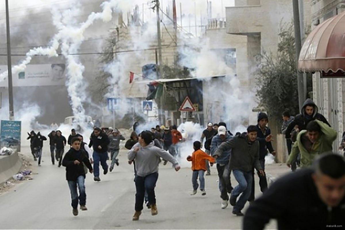 Decine di cittadini asfissiati dai lacrimogeni israeliani a Beit Ummar
