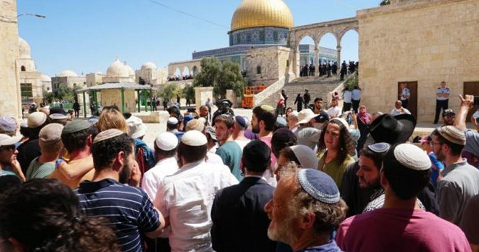 Decine di coloni e forze israeliane invadono al-Aqsa