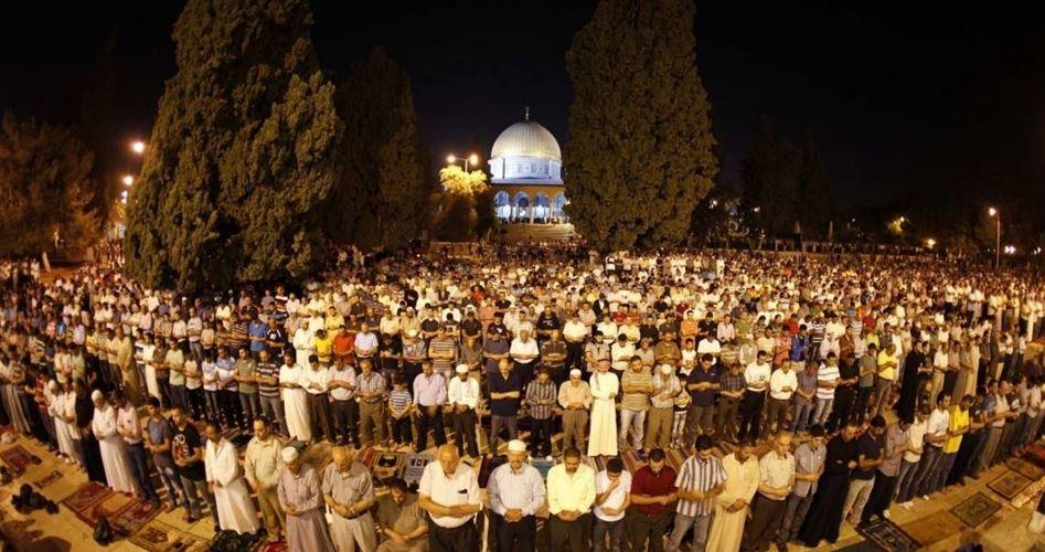 Migliaia di palestinesi celebrano la preghiera dell'alba a Gerusalemme e in Cisgiordania