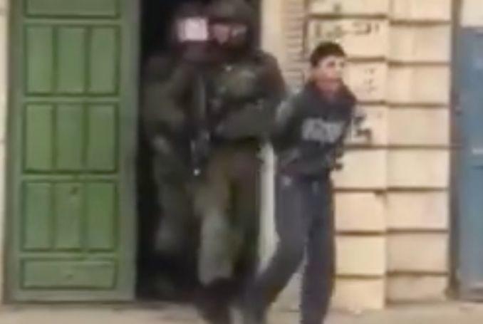 Soldati israeliani arrestano ragazzino palestinese, trascinandolo via da sua madre (VIDEO)