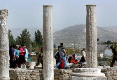 Infrangendo chiusure a causa del Coronavirus, soldati portano coloni nel sito archeologico di Sebastia