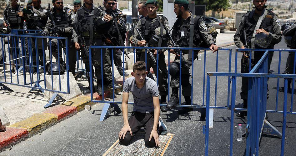 Polizia israeliana aggredisce fedeli musulmani, e vieta la loro entrata ad al-Aqsa