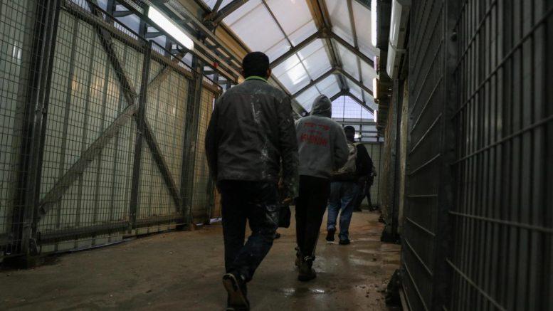 Coronavirus: i lavoratori palestinesi affrontano una difficile scelta tra garanzie di sussistenza e isolamento