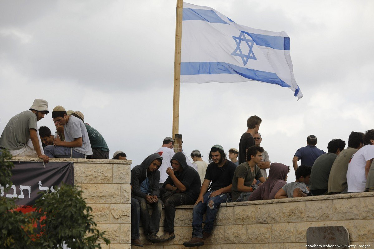 Coloni israeliani costruiscono casa e invadono centro per giovani palestinesi in Cisgiordania