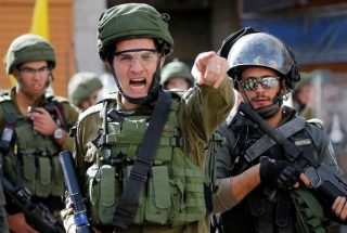 Diffondere il virus dell'occupazione: sputare è un'arma nelle mani del regime coloniale israeliano