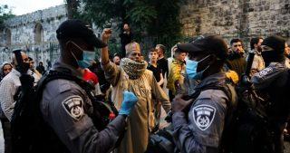 Polizia israeliana aggredisce fedeli musulmani al di fuori di al-Aqsa