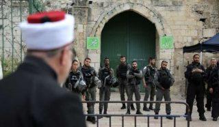Gerusalemme, decine di Palestinesi partecipano alla preghiera del venerdì fuori da al-Aqsa