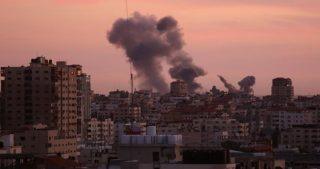 Bombardamento israeliano contro postazioni della resistenza nella Striscia di Gaza