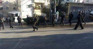 La polizia israeliana ha invaso varie aree di Gerusalemme e consegnato ordini di comparizione