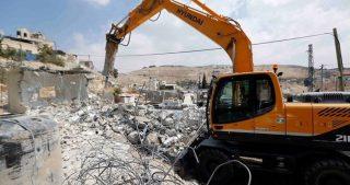 IOF demoliscono strutture in cittadina palestinese