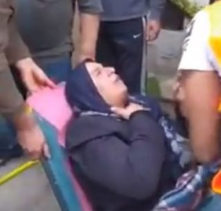 Madre palestinese ricoverata dopo il rapimento dei due figli da parte dei soldati israeliani