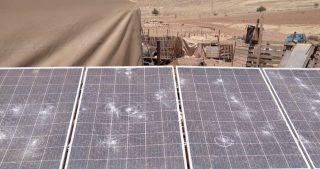Coloni distruggono pannelli solari e saccheggiano villaggio in Cisgiordania