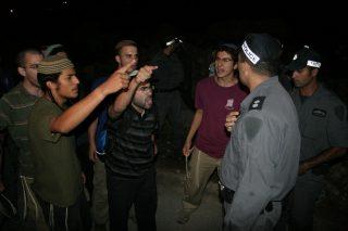 Coloni israeliani danno fuoco a campi palestinesi in Cisgiordania