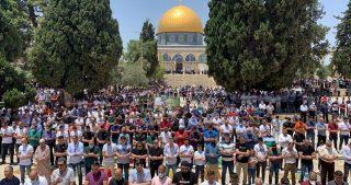 Decine di migliaia di palestinesi ad al-Aqsa per la preghiera del venerdì