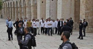 Decine di coloni invadono al-Aqsa scortati dalla polizia israeliana