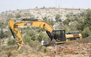 Esercito israeliano demolisce autolavaggio a Hebron
