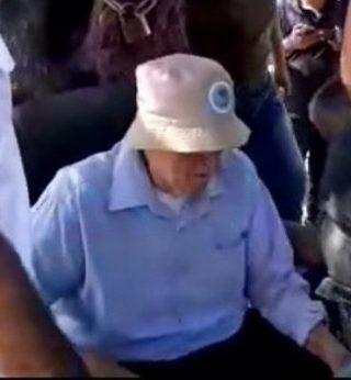 Colono aggredisce anziano palestinese che proteggeva la propria terra