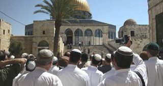 Decine di coloni invadono i cortili di al-Aqsa