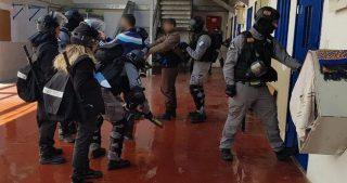 Guardie carcerarie israeliane aggrediscono detenuti palestinesi nella prigione di Ofer