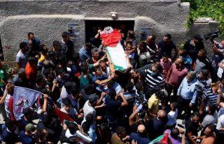Le forze israeliane attaccano il funerale del giovane ucciso a Salfit. Un ragazzo ferito