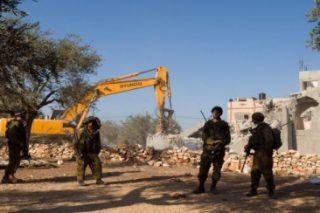 Coloni israeliani rubano l'acqua e razziano le terre di proprietà palestinese vicino a Nablus